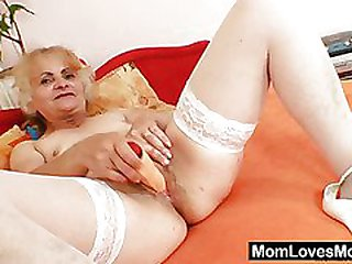 Mature Dominika old pussy wide open and flashing