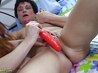 Redhead lady and mom wanking with sextoy